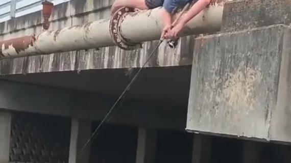 Une jeune pêcheur tombe à l'eau